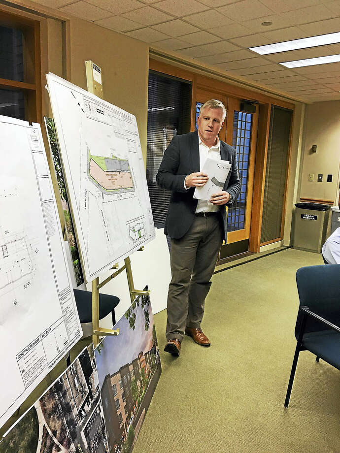 Tim Onderko, an engineer with Langan, explained thé Randy Salvatore Hill housing project to Planning and Zoning Thursday. Photo: MARY E. O'LEARY — NEW HAVEN REGISTER