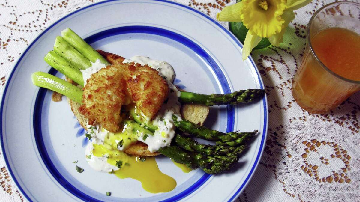 Roasted asparagus toast with a fried poached egg; the base is artisanal toast brushed with olive oil.