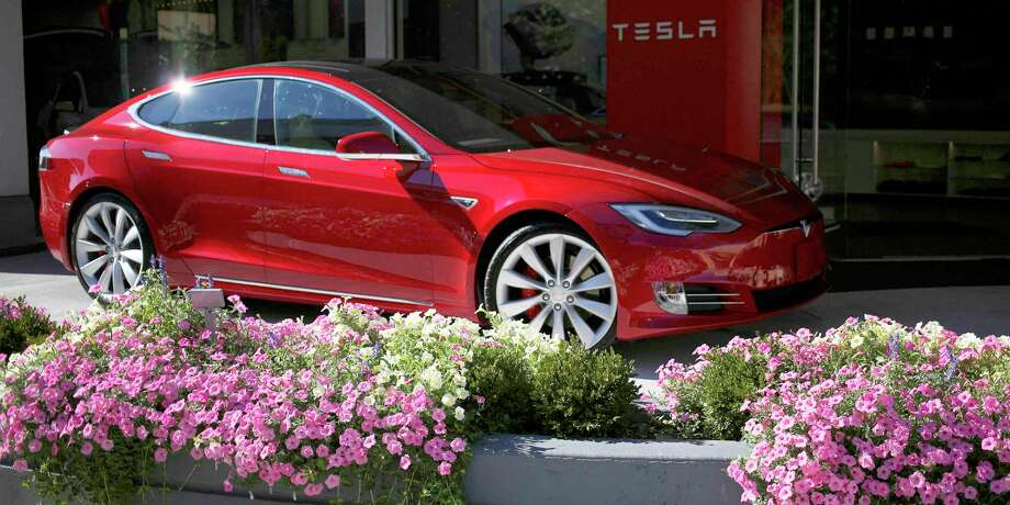 A Tesla Motors Inc. electric vehicle sits on display outside a company's store at the Easton Town Center shopping mall in Columbus, Ohio. Photo: Luke Sharrett — Bloomberg   / © 2016 Bloomberg Finance LP