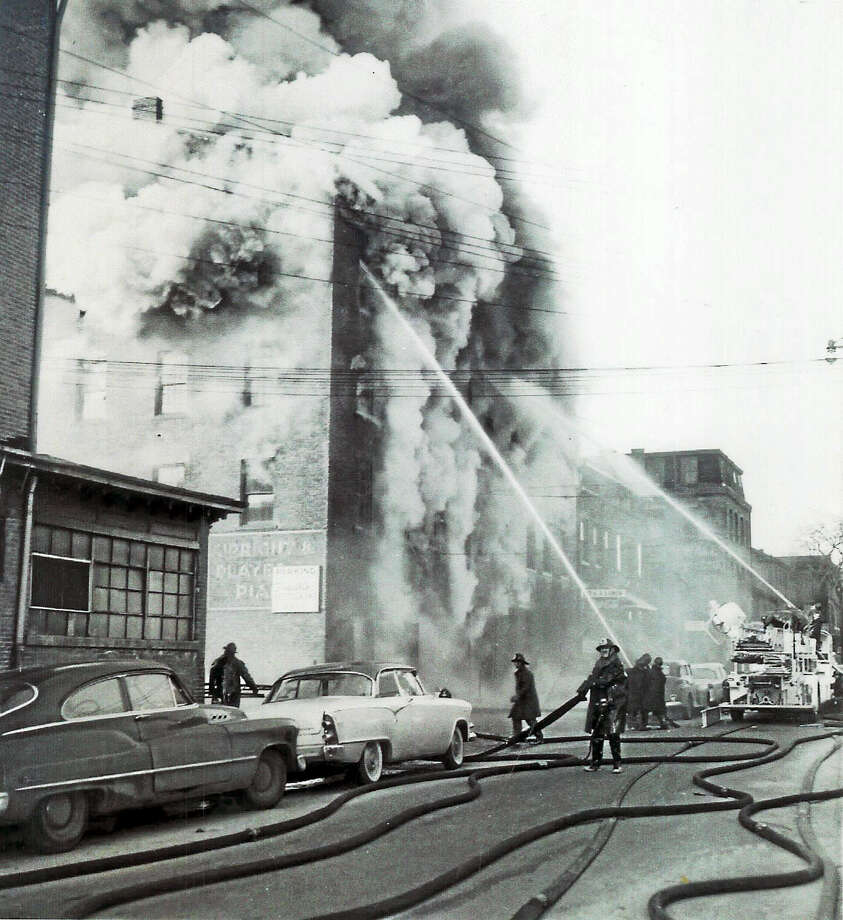 Firefighters respond to the factory fire on Franklin Street in New Haven on Jan. 24, 1957. Photo: NEW HAVEN REGISTER ARCHIVE