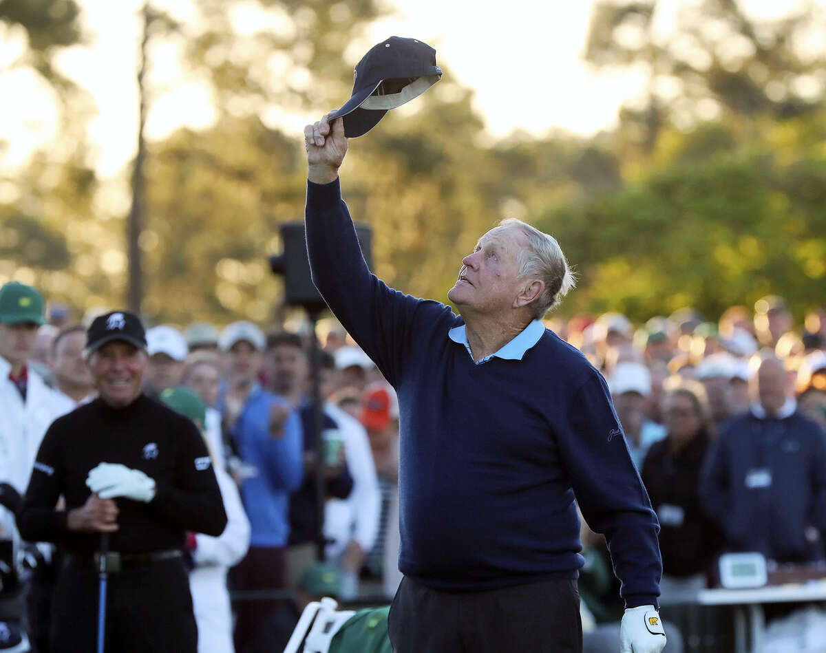Jack Nicklaus tips his hat skyward in honor of the late Arnold Palmer as Gary Player looks on before starting the first round of the Masters on Thursday.