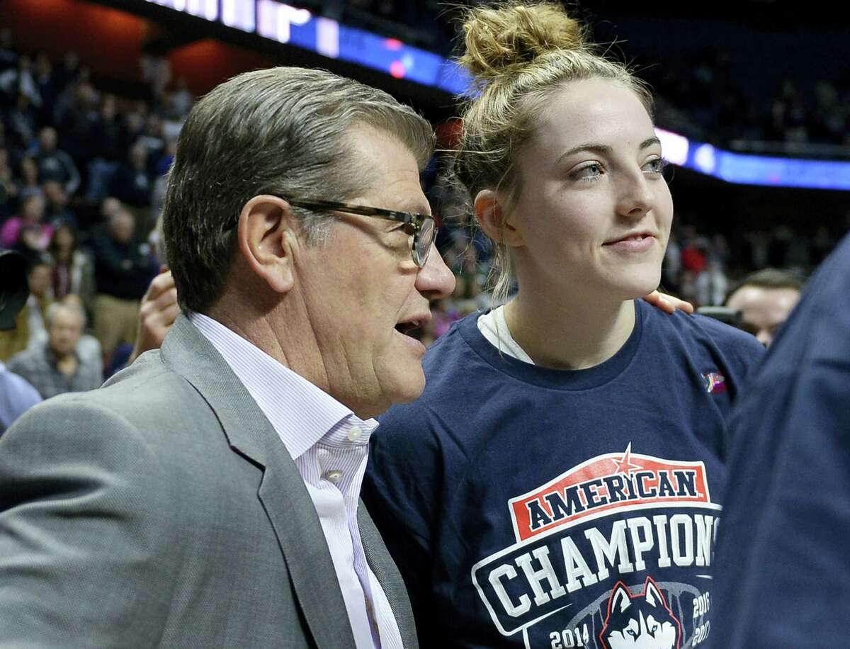 UConn head coach Geno Auriemma talks with Katie Lou Samuelson.