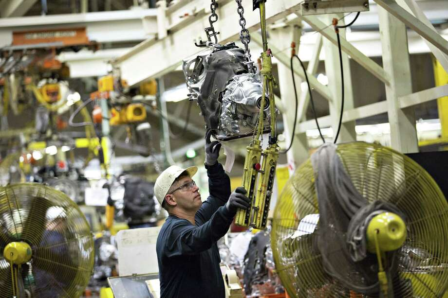 An employee moves a transmission on the assembly line at the Subaru of Indiana Automotive Inc. facility in Lafayette, Indiana on May 25, 2016. Photo: Bloomberg Photo – Daniel Acker   / © 2016 Bloomberg Finance LP