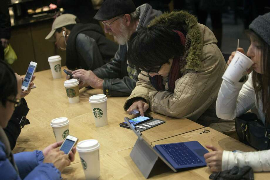 Customers at a Starbucks coffee shop in New York on Jan. 18, 2016. Photo: Bloomberg Photo/Victor J. Blue   / Bloomberg