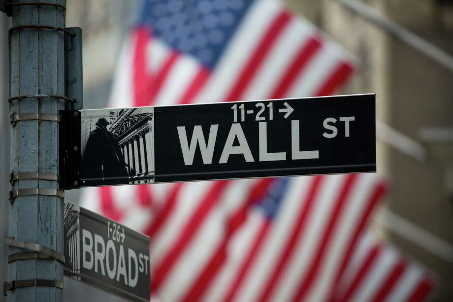 A Wall Street sign in front of the New York Stock Exchange in New York. Photo: Michael Nagle — Bloomberg   / © 2016 Bloomberg Finance LP