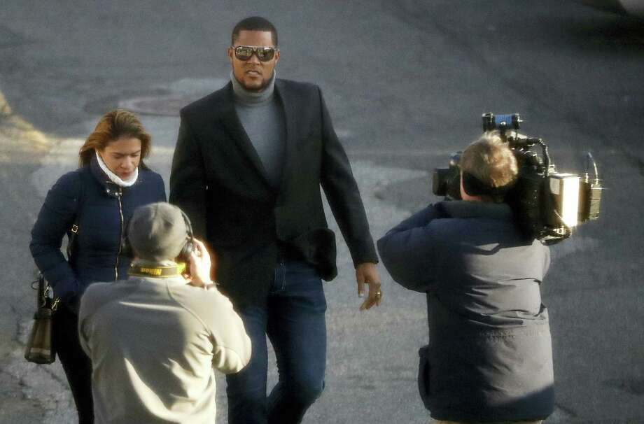 News photographers aim their cameras at New York Mets baseball pitcher Jeurys Familia, center, and his wife Bianca Rivas as they arrive at the Fort Lee Municipal Court prior to a hearing on Dec. 15, 2016 in Fort Lee, N.J. Domestic abuse charges were dropped against Familia, who appeared in court for a case involving an incident with with Rivas on Oct. 31, 2016. Photo: AP Photo/Julio Cortez   / Copyright 2016 The Associated Press. All rights reserved.