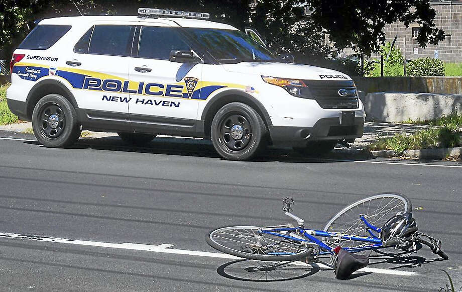Part of Fountain Street was shut down Monday after a serious crash near Central Avenue involving a bicycle and an SUV. Photo: Wes Duplantier — New Haven Register