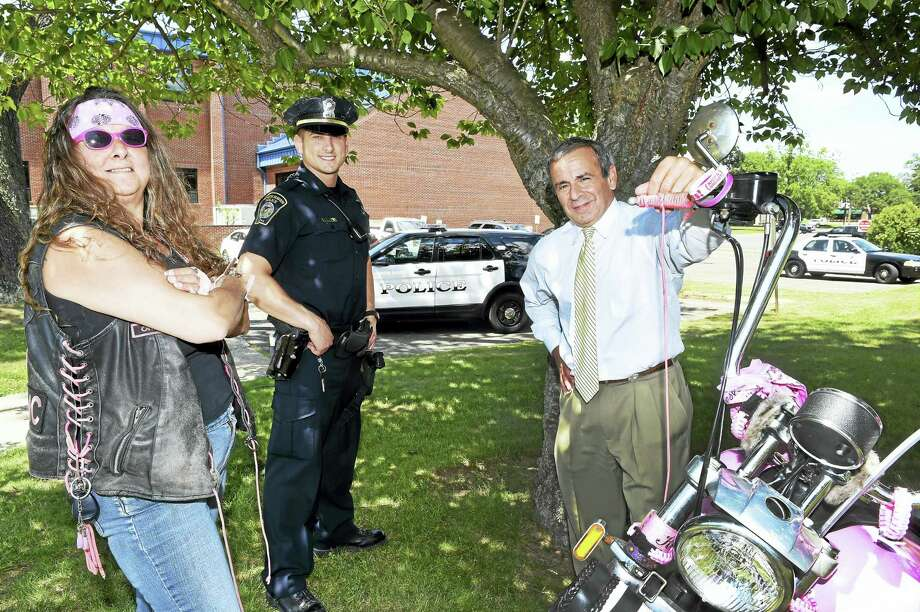 Debi Henninger of Branford, left, with North Haven Police Officer Ralph Rienzo, center, and North Haven First Selectman Michael Freda by the North Haven Police Department Wednesday. Photo: Peter Hvizdak — New Haven Register   / ©2016 Peter Hvizdak