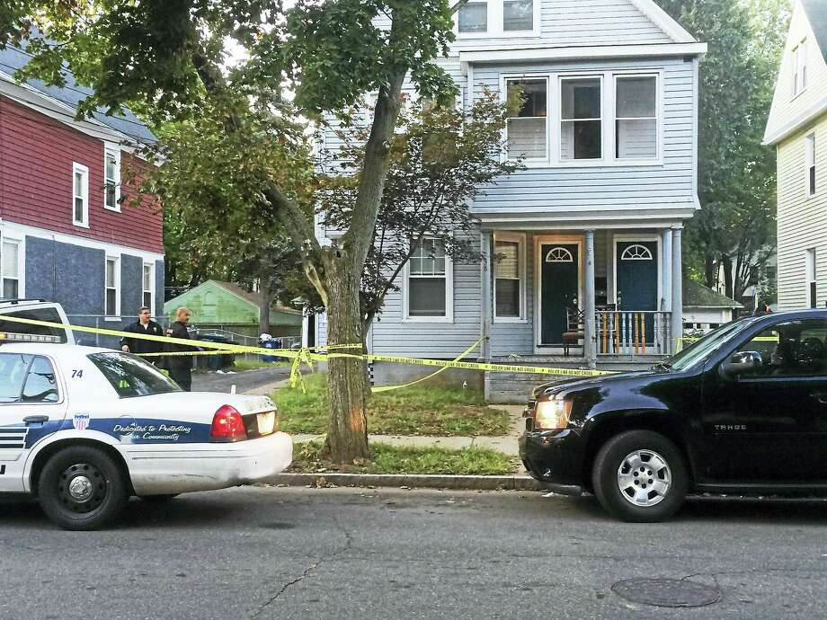 City police investigate early Thursday after a shooting on Dorman Street left a New Haven man dead Wednesday night. Photo: Wes Duplantier — New Haven Register