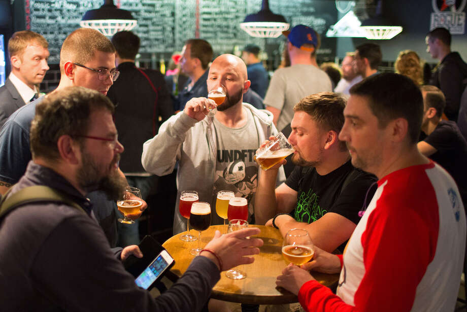 Customers talk and drink craft beer inside the Rule Taproom bar in Moscow. Photo: Andrey Rudakov — Bloomberg   / © 2016 Bloomberg Finance LP