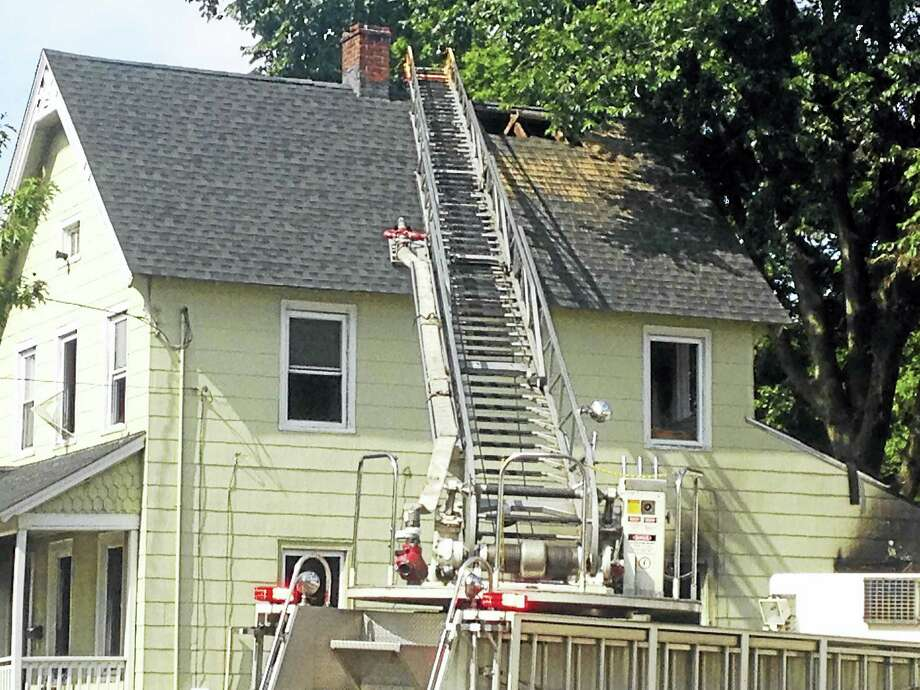 House fire at 617 Dixwell Ave. Saturday afternoon Photo: Juliemar Ortiz — New Haven Register