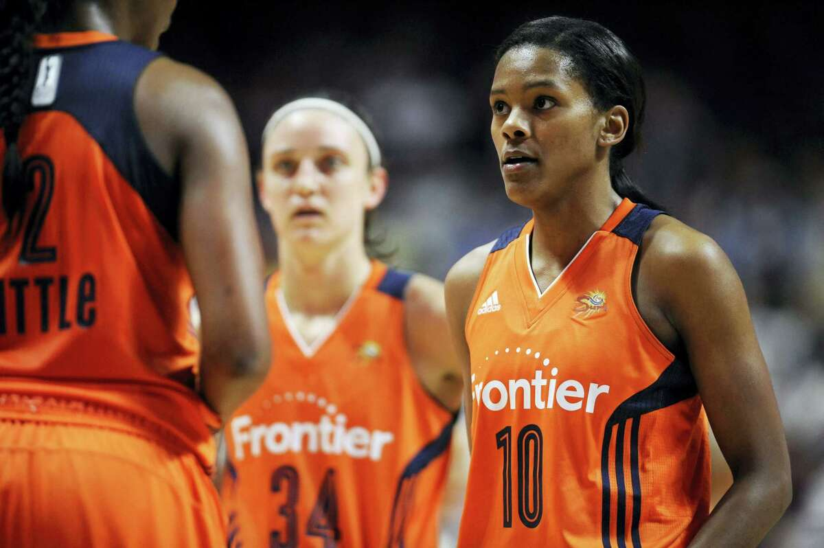 The Sun's Courtney Williams talks with teammates during the second half of Thursday's win over the Lynx.