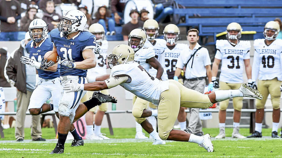Deshawn Salter (left) of Yale evades a tackle by Pierce Ripanti of Lehigh in the first half at Yale Bowl last Saturday. Yale hosts Dartmouth this Saturday. Photo: Arnold Gold — New Haven Register