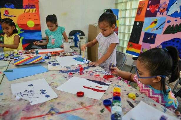 Menores participan en talleres de creación artística en Nuevo Laredo, México. El municipio