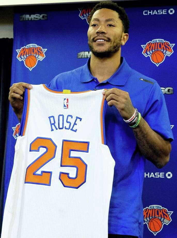 d rose in knicks jersey