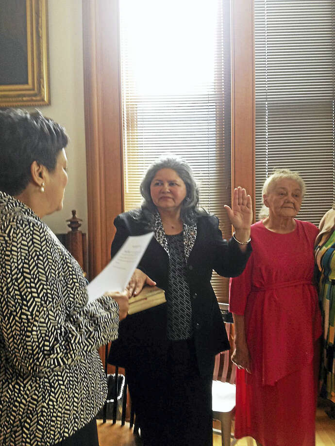 Mayor Toni Harp administers the oath of office to new Alder Evelyn Rodriguez, D-4, Monday. At right is Rodriguez's mother, Noemi Rodriguez. Photo: MARY E. O'LEARY — NEW HAVEN REGISTER