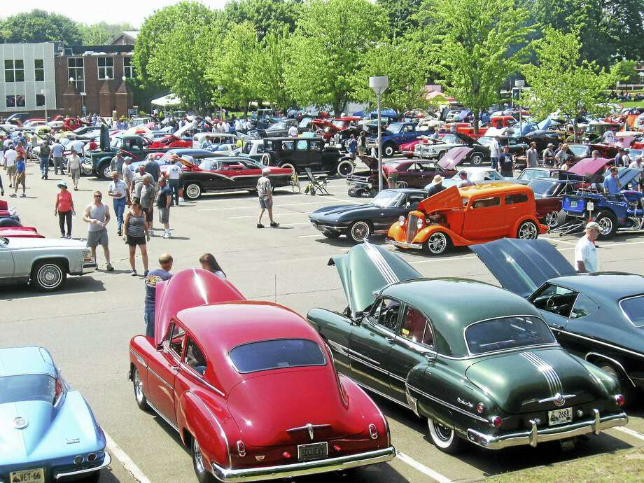 PHOTO BY BOB CIVITELLIThe 22nd annual Memorial Weekend Classic Car Show sponsored bythe Hamden Police Department and the Connecticut Classic Chevy Club drew about 700 antique and classic cars and thousands of spectators on May 29. Photo: Journal Register Co.