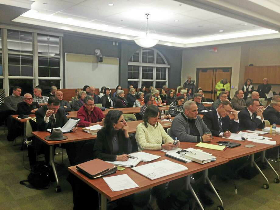 The crowd at the Inland Wetlands meeting on Thursday for the Costco public hearing. Photo: JULIEMAR ORTIZ — NEW HAVEN REGISTER