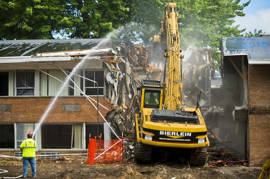Demolition begins on MidMichigan Medical Center's Sugnet Building, also known as the original Midland Hospital, which will be replaced with a new Heart and Vascular Center, on Monday, July 24, 2017 in Midland. Photo: (Katy Kildee/kkildee@mdn.net)