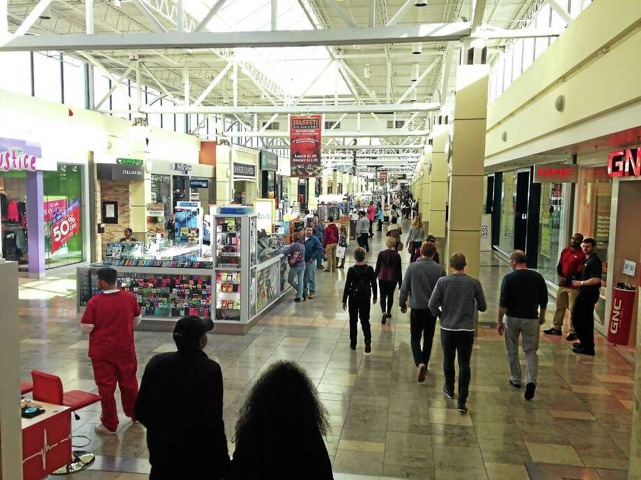 Shoppers at Westfield Connecticut Post mall in Milford on Black Friday. Photo: Juliemar Ortiz — New Haven Register