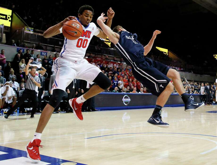 SMU's Ben Moore (00) and Yale's Makai Mason collide during Sunday's game in Dallas. Photo: Tony Gutierrez — The Associated Press   / AP
