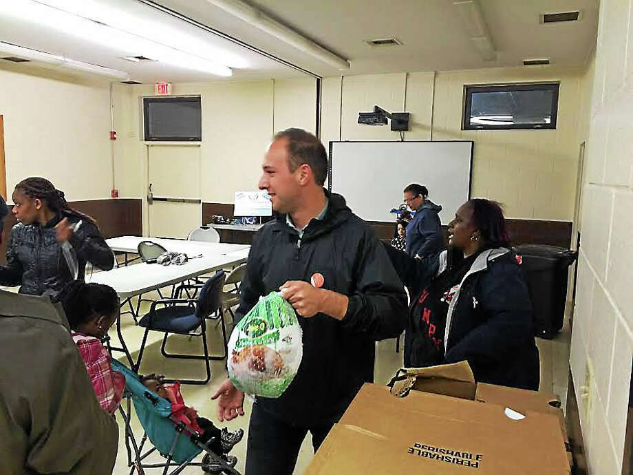 Alder Aaron Greenberg delivers 21 turkeys to Farnam Courts Thursday. Photo: Mary O'Leary — New Haven Register