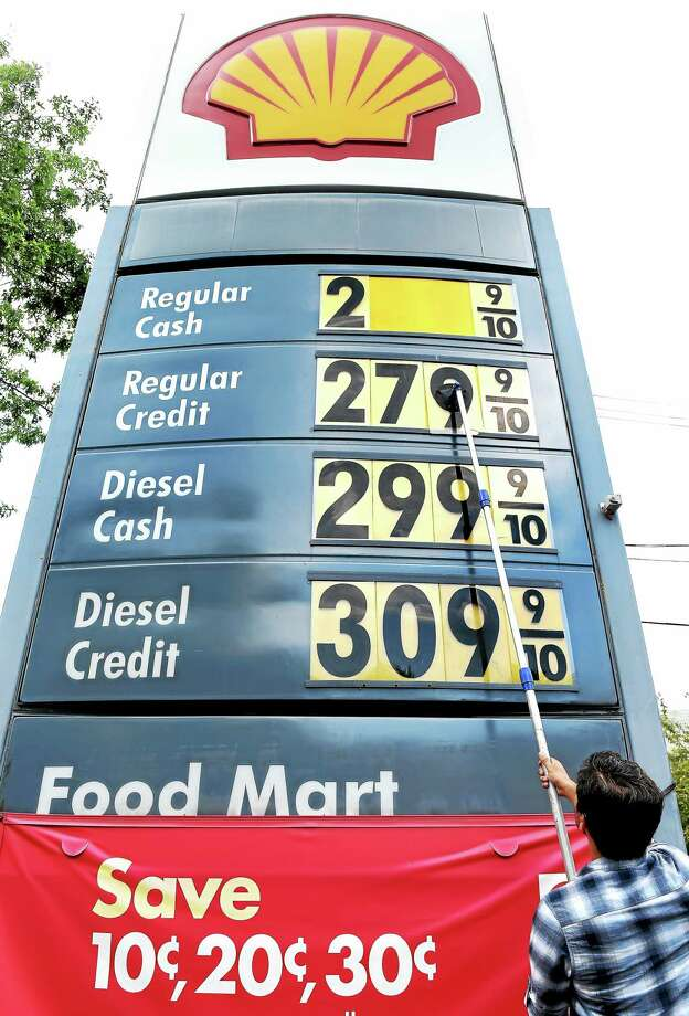 Manager Syed Naqshband lowers the price of a gallon of gasoline by 6 cents at Gerry's Shell Food Mart on Willow Street in New Haven Monday. Photo: Arnold Gold — New Haven Register