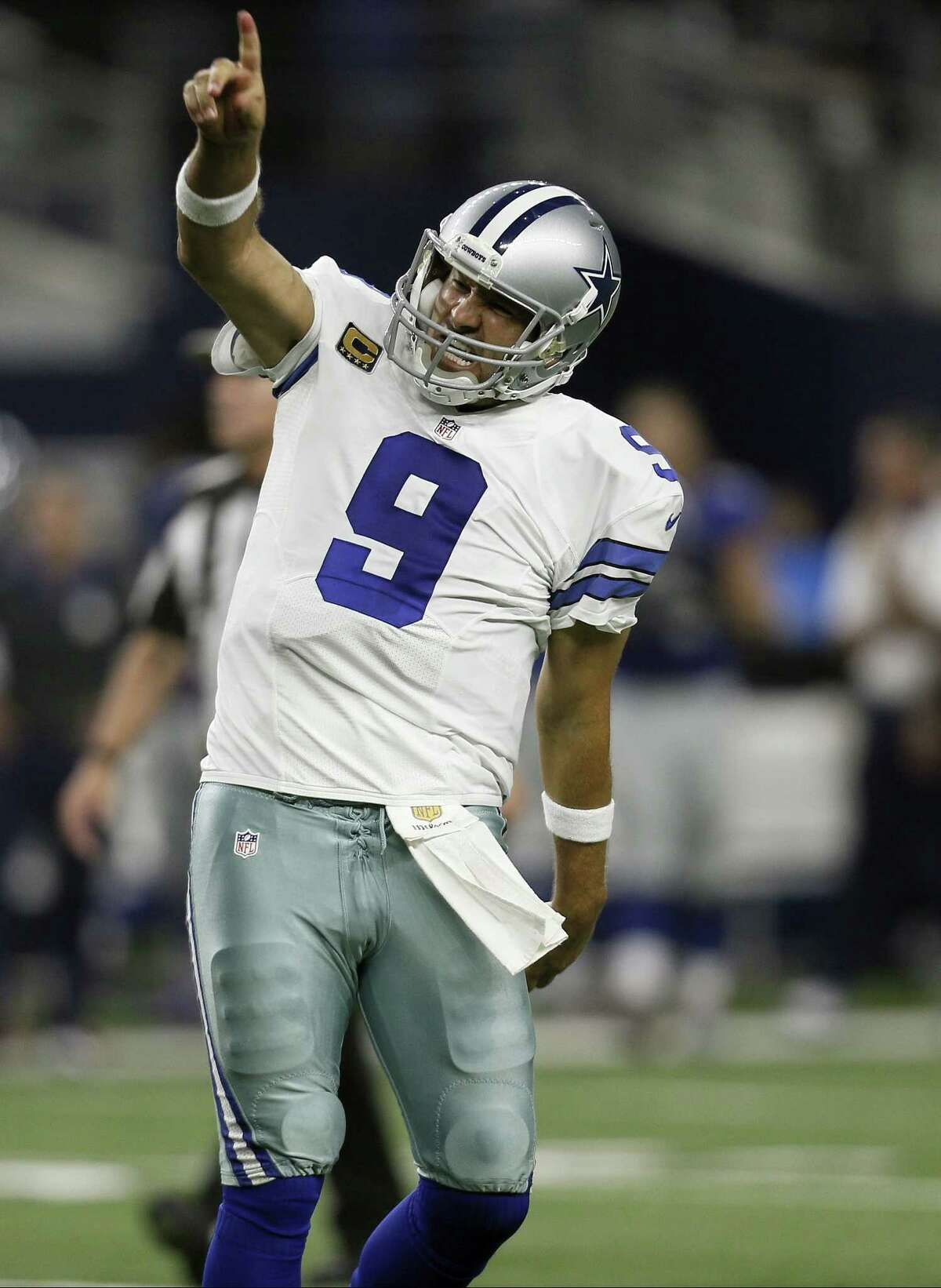 Cowboys quarterback Tony Romo celebrates a late touchdown pass to tight end Jason Witten to beat the Giants on Sunday in Arlington, Texas.