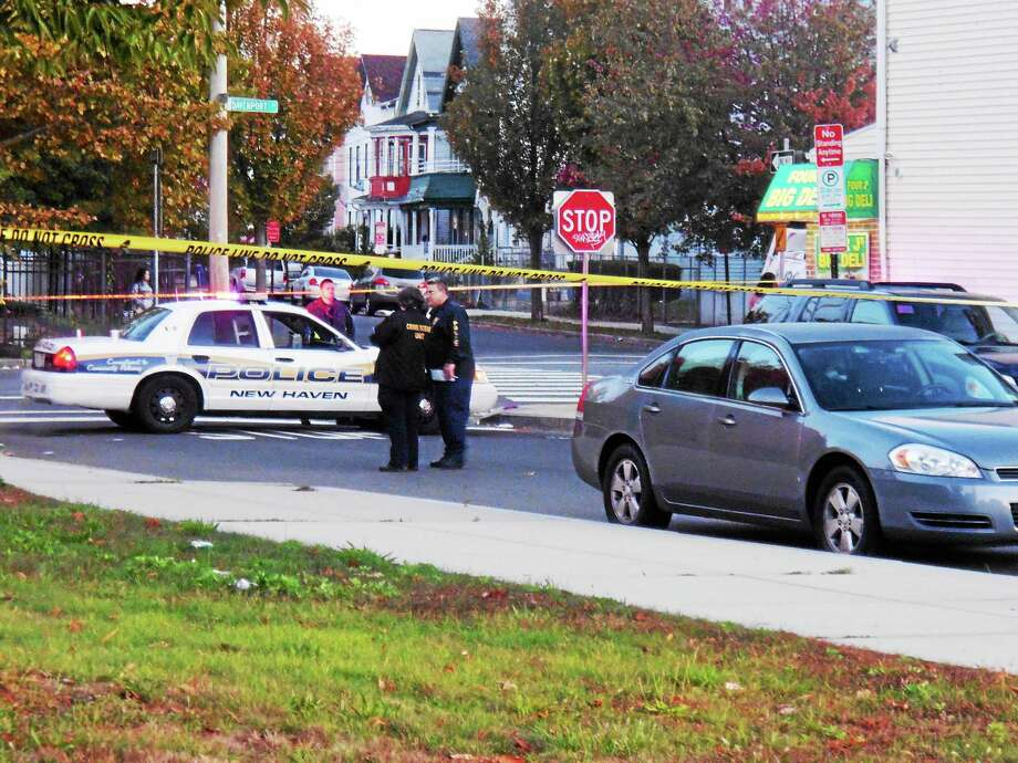 New Haven police search for clues after a man was found dead Tuesday on Davenport Avenue. Photo: Wes Duplantier — New Haven Register