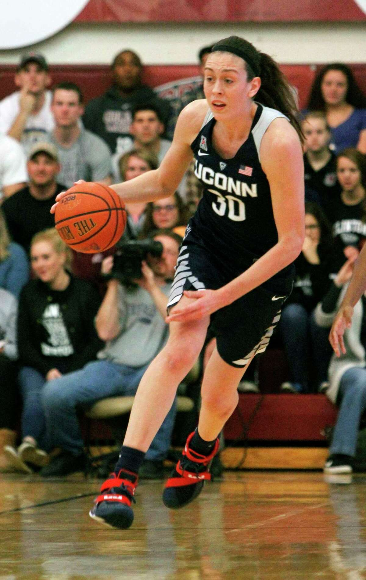 Connecticut's Breanna Stewart dribbles the ball down court in the first quarter of an NCAA college basketball game against Colgate in Hamilton, N.Y., Wednesday, Dec. 9, 2015. (AP Photo/Nick Lisi)