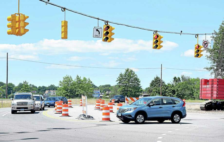 A vehicle makes a right turn from the Exit 44 off ramp of nortbound Interstate 95 onto Sea Street in New Haven. Photo: Arnold Gold — New Haven Register FILE PHOTO
