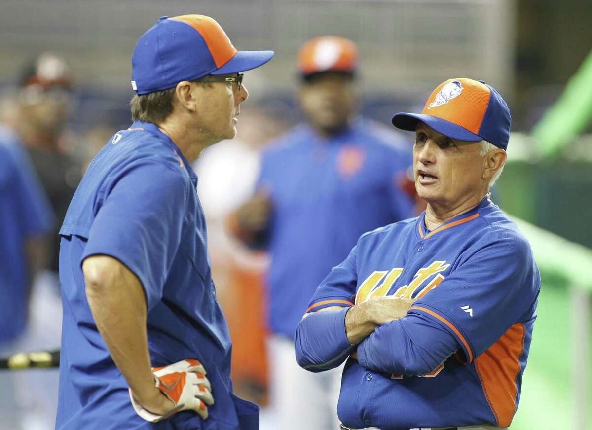 New York Mets manager Terry Collins, right, speaks with third base coach Tim Teufel.
