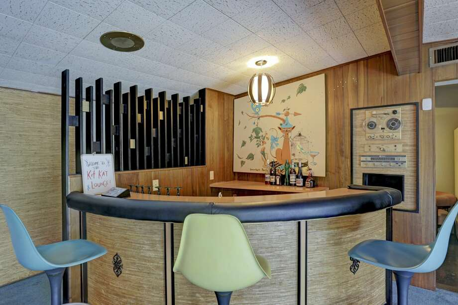 This home in Glenbrook Valley has a midcentury-style bar for chic entertaining. Photo: TK Images