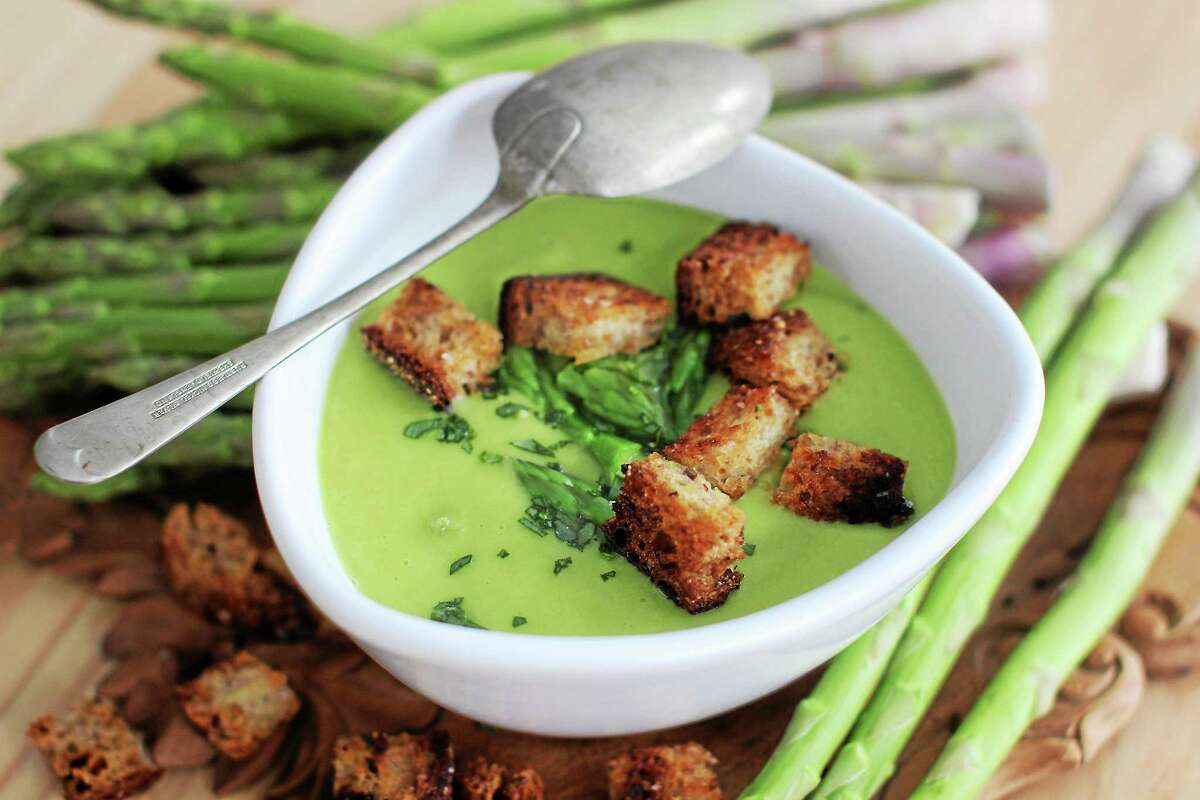 "Fresh and ""Creamy"" Asparagus Soup With Tarragon."