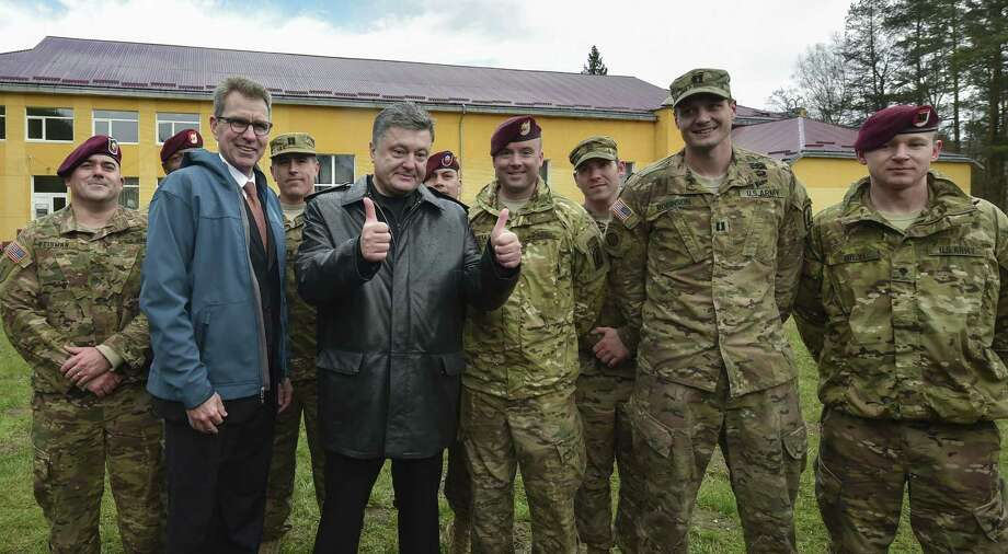 Ukraine's President Petro Poroshenko, center, poses with US and Ukrainian soldiers after the opening ceremony of the 'Fearless Guardian-2015', Ukrainian-US Peacekeeping and Security command and staff training, in Lviv region, Ukraine on April 20, 2015. Photo: Mykola Lazarenko/Presidential Press Service Via AP   / Presidential Press Service