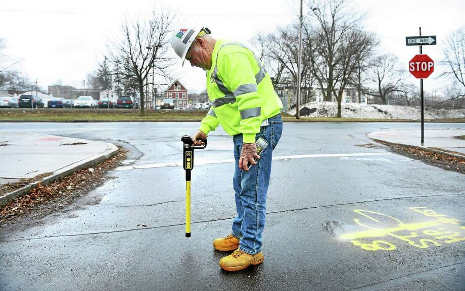 Lou DiMarzo of Southern Connecticut Gas uses a pipe locator to pinpoint the location of a gas line on Auburn Street near the intersection with North Frontage Road in New Haven recentely. An electric conduit is slated for installation nearby. Photo: Arnold Gold — New Haven Register