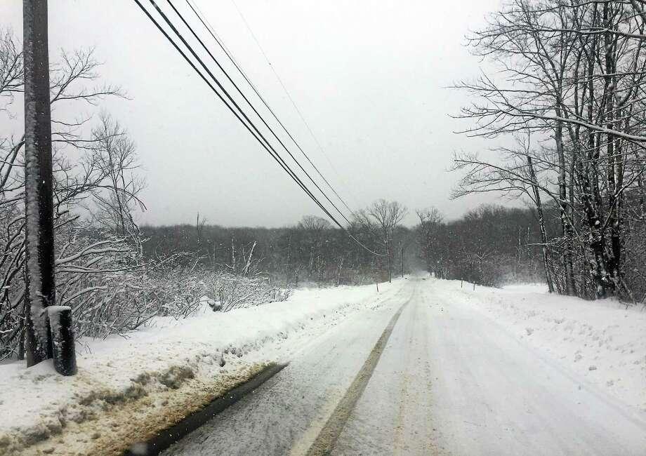 Lovers Lane in Killingworh was passable Thursday despite the snow. Photo: MARK BRACKENBURY — NEW HAVEN REGISTER