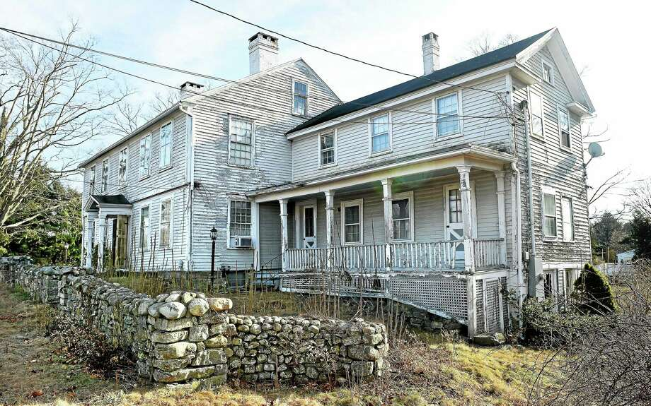 A complaint has been raised with the Anti-Blight Commission in Madison concerning a home at 908 Boston Post Road, photographed on 1/1/2015. Photo: (Arnold Gold-New Haven Register)