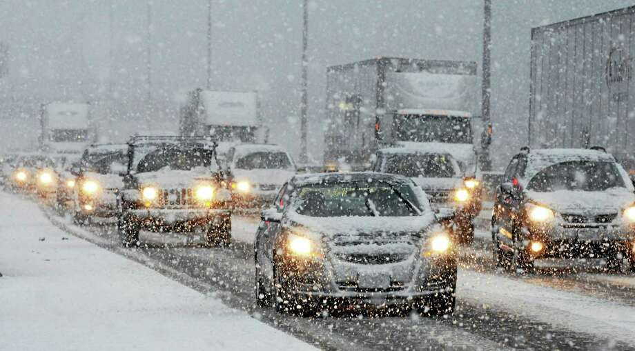 (Mara Lavitt - New Haven Register)   A band of snow crossed the greater New Haven area during rush hour on Monday. I-95 southbound through Branford slowed to a crawl. Photo: Journal Register Co. / Mara Lavitt