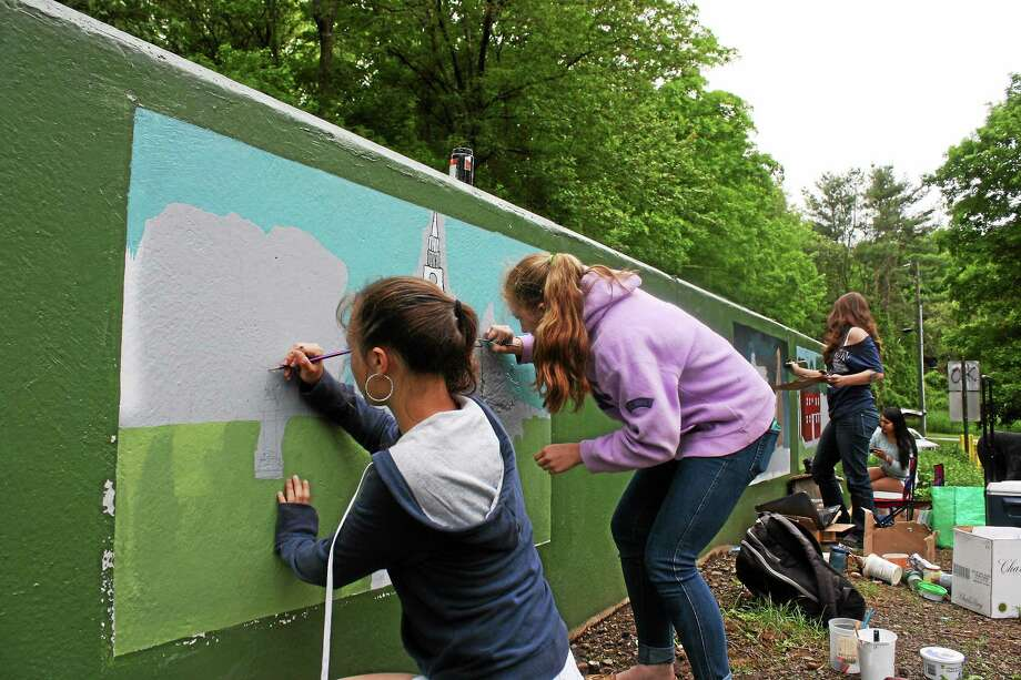 Guilford High School students work on murals on walls of the bridge near the East River Preserve. Photo: SEAN CARLIN — NEW HAVEN REGISTER