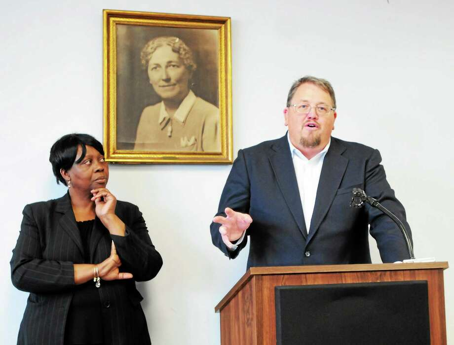 Berita Rowe-Lewis, Hamden councilwoman-at-large, left, and Matthew Fitch, chairman of Town Center Park, announce southern Hamden's first farmers market, SoHa Farmers Market, at 943 Dixwell Ave,, during a press conference Wednesday at the Keefe Community Center. Photo: Peter Hvizdak — New Haven Register    / ©Peter Hvizdak /  New Haven Register