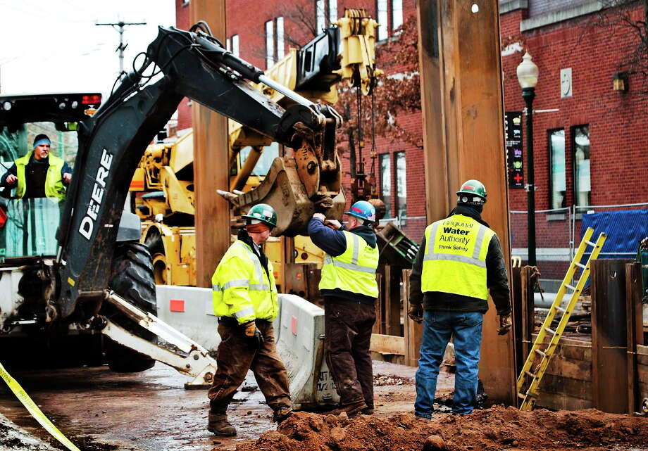 Regional Water Authority workers on the site of a line break on Chapel Street between Sherman Avenue and Orchard Street in New Haven Tuesday. Photo: Melanie Stengel — New Haven Register