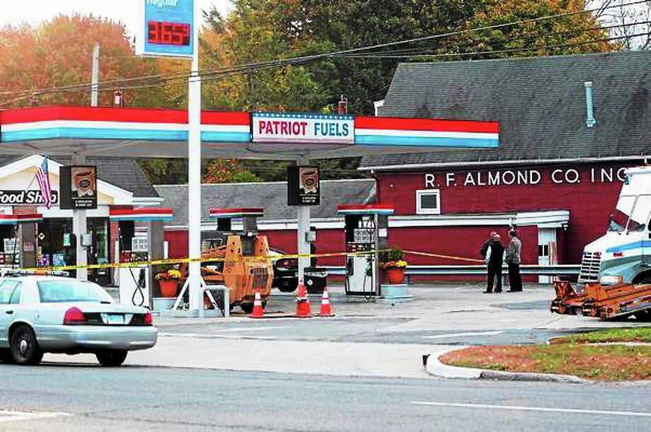 Connecticut State Police investigate Oct. 23 at Patriot Fuels gas station, 719 Boston Post Road, Milford, after a trooper shot and killed a man allegedly trying to rob the station. Photo: Peter Hvizdak — New Haven Register
