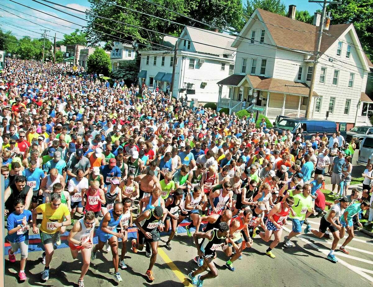 (Melanie Stengel - New Haven Register) ¬ Start of the Branford 5 mile road race 6/15.