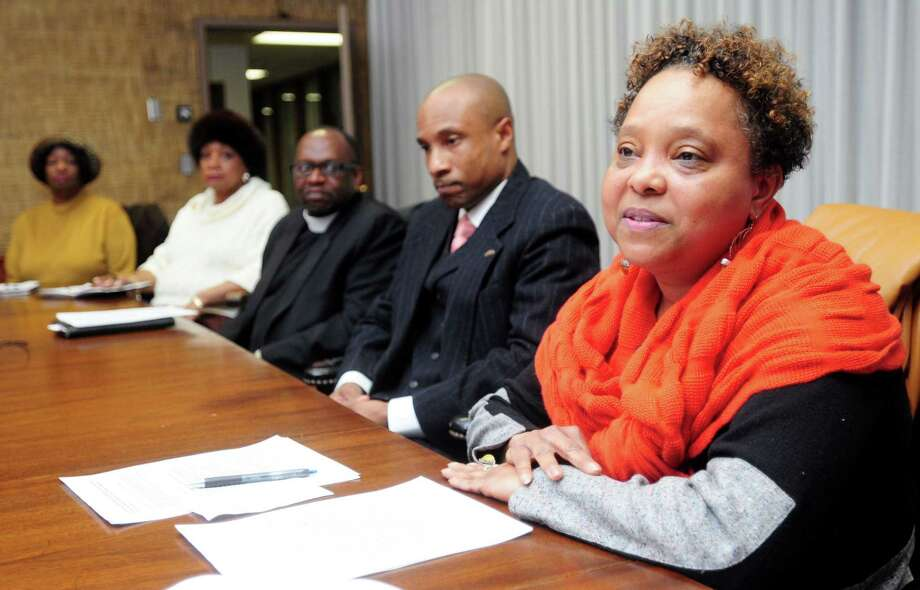 Onya Harris, right, president of the Greater New Haven Black Social Workers Association, opens a meeting of a coalition of New Haven antiviolence stakeholders at the New Haven Register Wednesday. Photo: Arnold Gold — New Haven Register