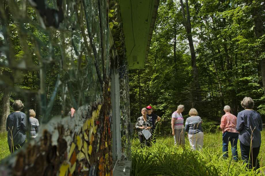 A tour group from Creative 360 checks out the John Pratt Mosaic House at 102 E. Isabella Road on Tuesday, July 25, 2017. Artist John Pratt covered the home, which he grew up  in, with mosaic murals made of broken pieces of pottery, china and  mirrors. Photo: (Katy Kildee/kkildee@mdn.net)