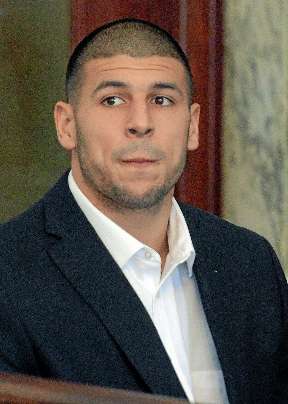El ex jugador de los Patriots de Nueva Inglaterra, Aaron Hernández, aparece en una audiencia judicial el 30 de agosto de 2013, en Attleboro, Massachusetts. (AP Photo/The Sun Chronicle, Mike George, Pool, File)