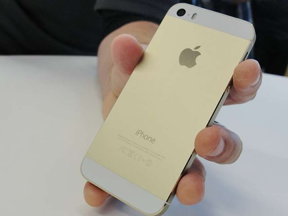 The iPhone 5S in gold is going for thousands of dollars on auction sites. (AFP Photo/Glenn Chapman) (GLENN CHAPMAN) / AFP ImageForum