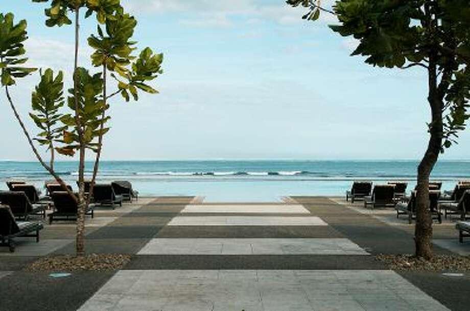 Beautiful and picturesque Natadola Beach on Fiji's main island of Viti Levu near InterContinental Fiji Golf Resort & Spa Hotel. Photo: Getty Images / (c) Jens Kuhfs