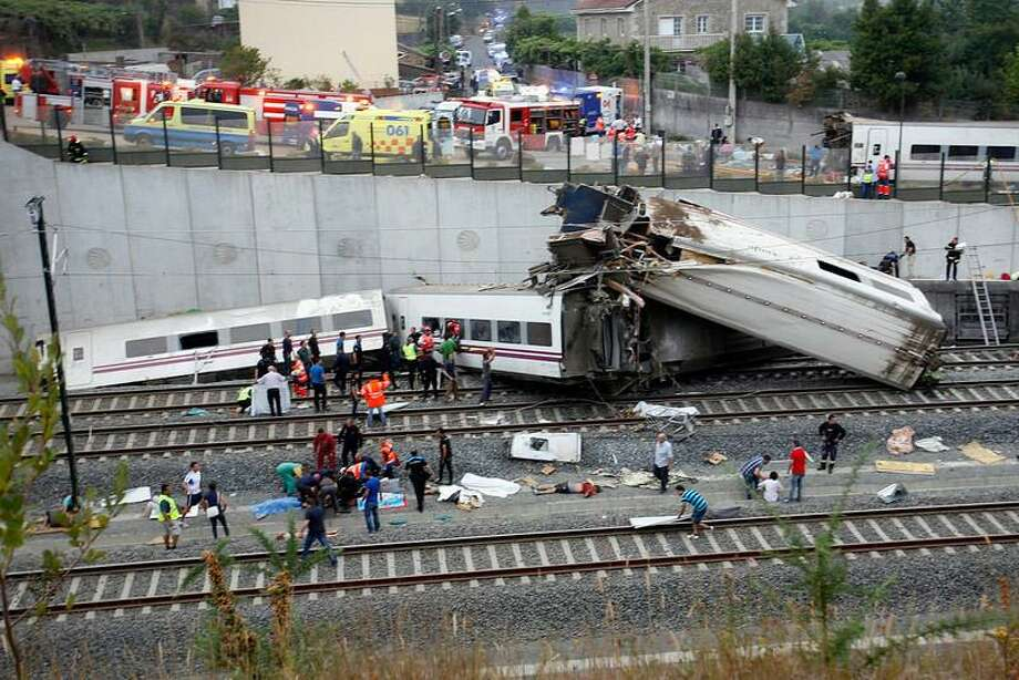 Rescue workers pull victims from a train crash near Santiago de Compostela, northwestern Spain, July 24, 2013. At least 35 people were killed and 50 injured when a train derailed on the outskirts of the northern Spanish city of Santiago de Compostela on Wednesday in one of the country's worst rail disasters. Bodies covered in blankets lay next to carriages as smoke billowed from the wreckage a few hundred meters away from the entrance to the city's main station. REUTERS/Oscar Corral Photo: REUTERS / X90031